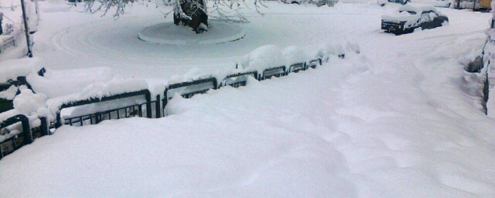 Στα 80 εκατοστά το χιόνι στην πλατεία του χωριού.