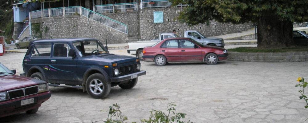 Η πλατεία του χωριού μας δεν είναι χώρος στάθμευσης.